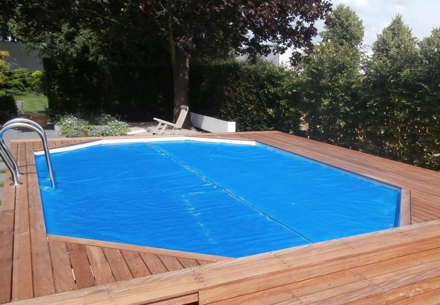 Bovenaanzicht van het gehele zwembad met hardhouten ombouw