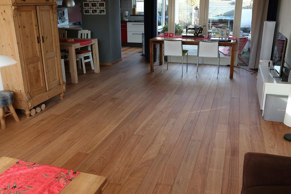 Bovenaanzicht van de sapupira houten vloer waarbij de mooie nerf goed zichtbaar blijft