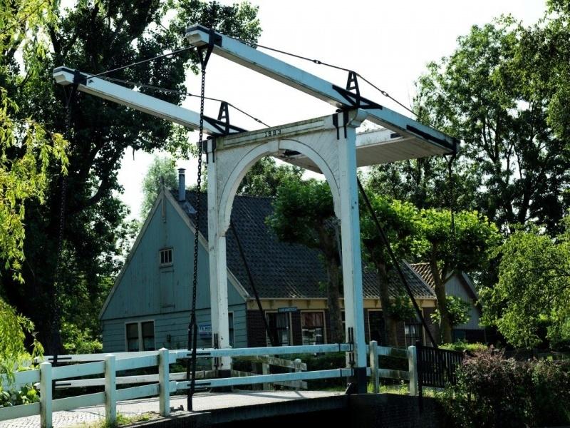 De ophaalbrug in het schilderachtige Zuiderwoude - Noord Holland