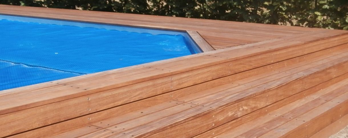 Zwembad dek en de trap gemaakt van verschillende soorten hardhout