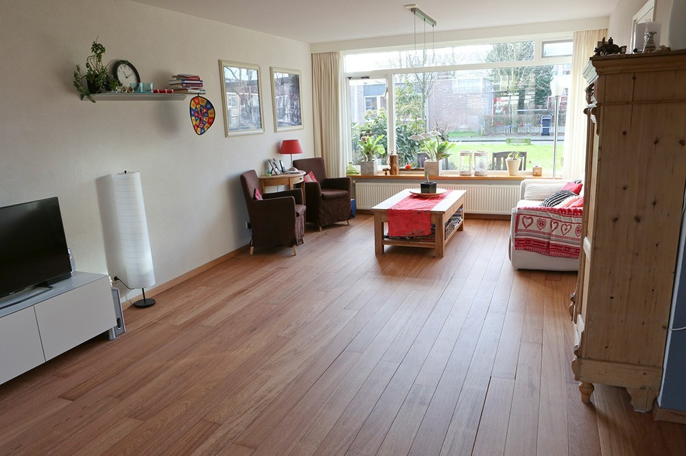 De lichtaanval op het hout zorgt door de behandeling voor extra licht in de woning, maar is niet storend