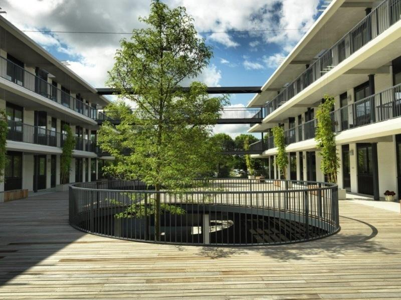 Een overzicht van het binnenterras van het Broeckgebouw in Volendam