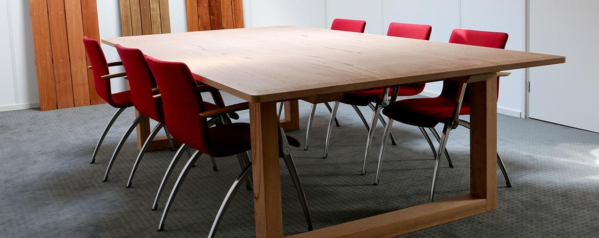 Tisch im Mittags- beziehungsweise Besprechungsraum aus FSC Tropenholz