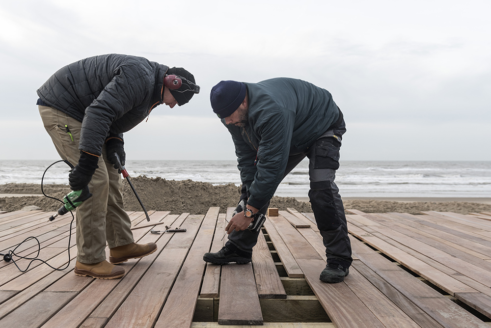Cumaru vloer wordt gelegd in strandpaviljoen