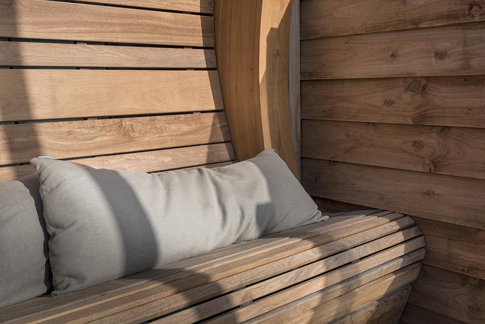 Hardhouten bank met heerlijk zonnig plekje uit de wind