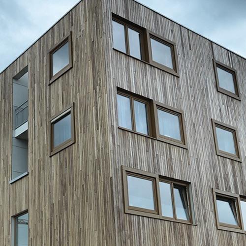 Houten gevelbekleding verticaal woningcomplex