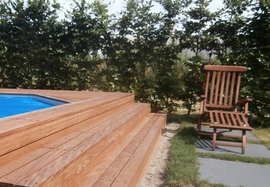 De trap aan de voorzijde is volledig van hardhout gemaakt