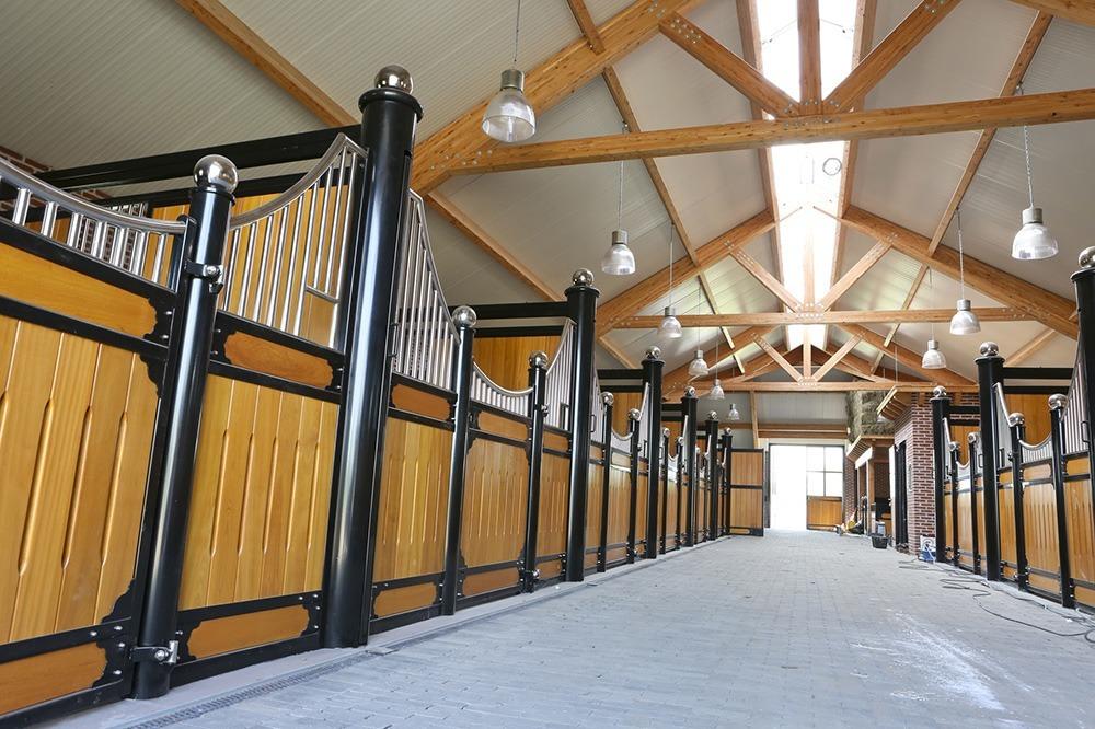Overzicht van de paardenstallen met Guariuba hout