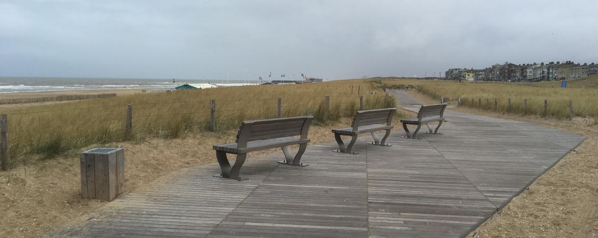 Strandpad_en_banken_vanhardhout.jpg