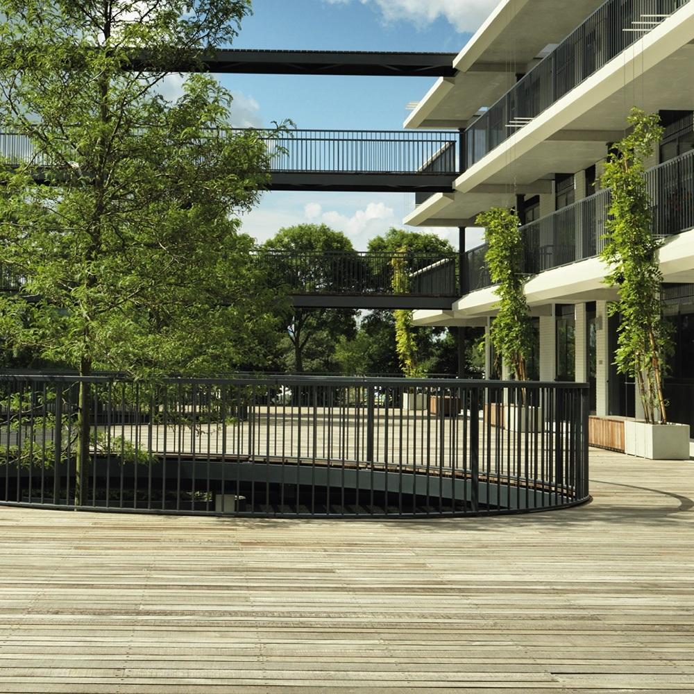 Hardhouten terras op binnenplaats