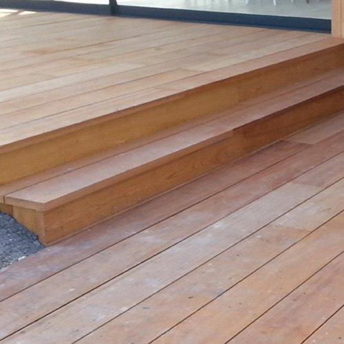Vlonderplanken en trap gemaakt van duurzaam hardhout