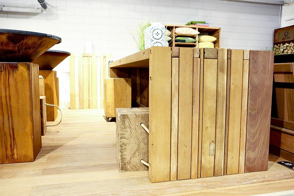Zij aanzicht tafel van gerecycled hardhout