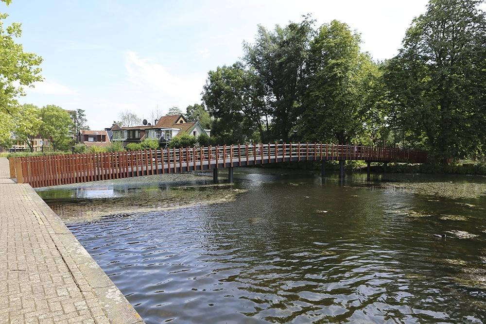 Hardhouten brug over water