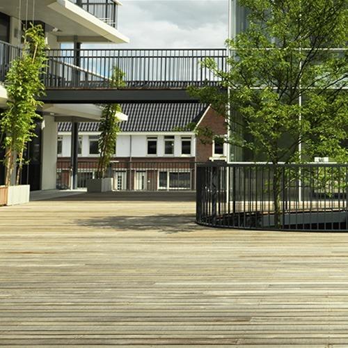Houten terrasvlonders op binnenplaats van kantoor